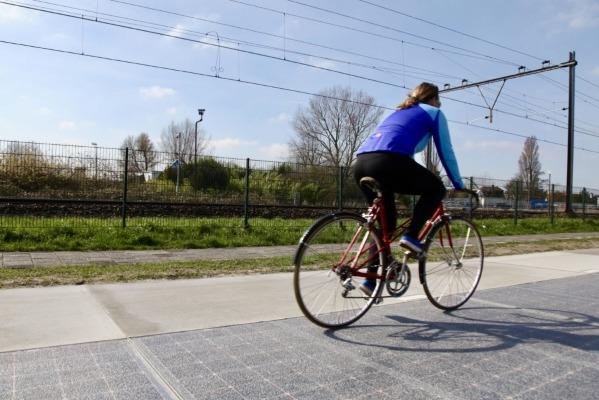 Foto: Päikeseelektrit tootva kattega rattatee Hollandis