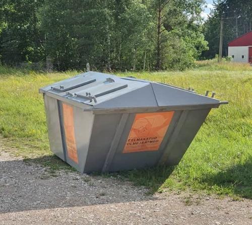 Ettemakstud olmeprügikoti konteiner Hiiumaal